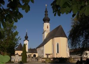 Außenansicht der Pfarrkirche und Annakapelle