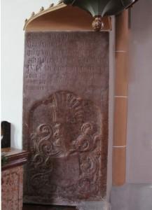 Grabplatte unterhalb der Kanzel